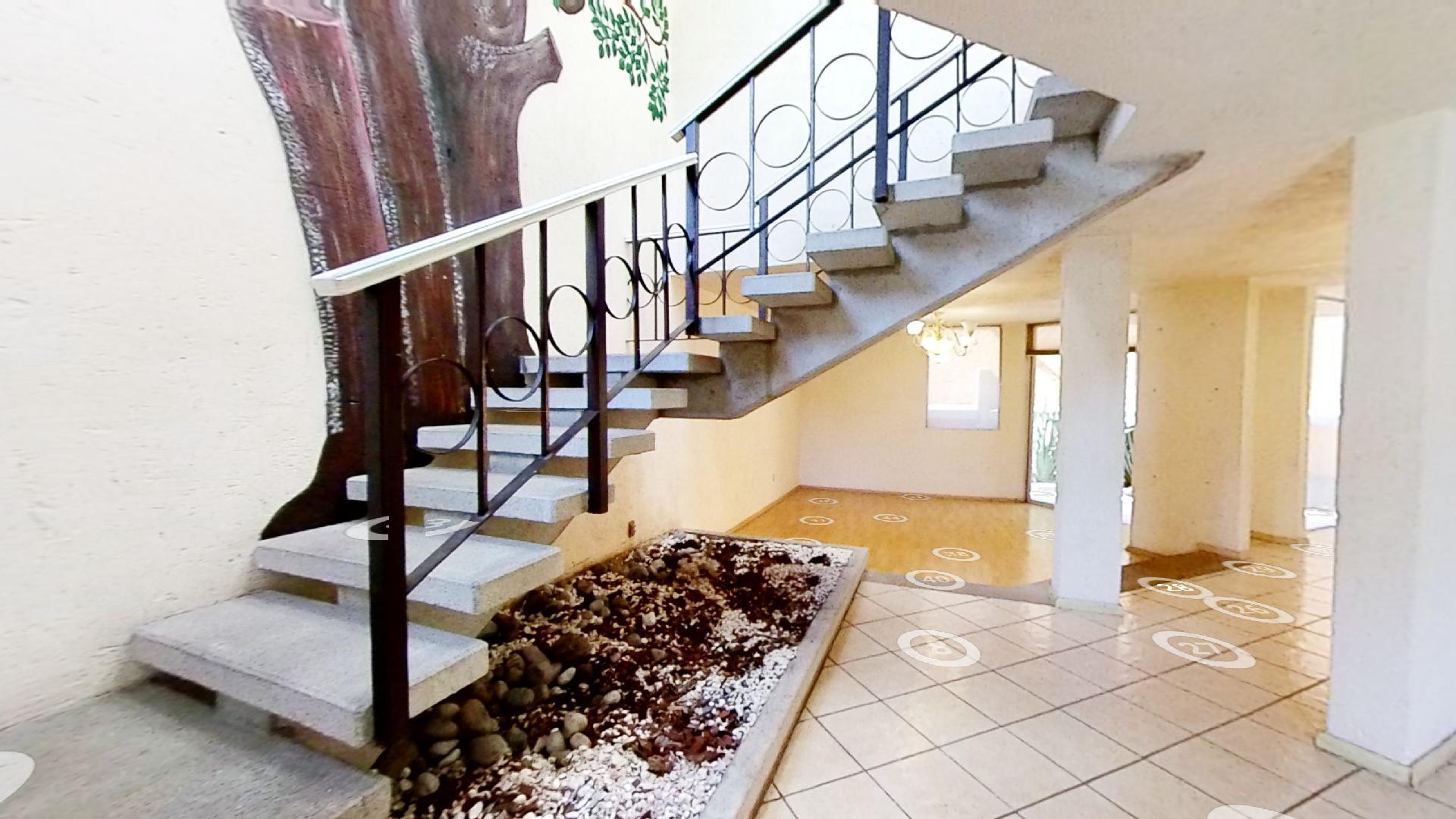 Casa en venta de 3 recámaras en Condominio Los Fresnos, Naucalpan de Juárez, entre Lomas Verdes y Jardines de San Mateo, EDOMEX. Escalera