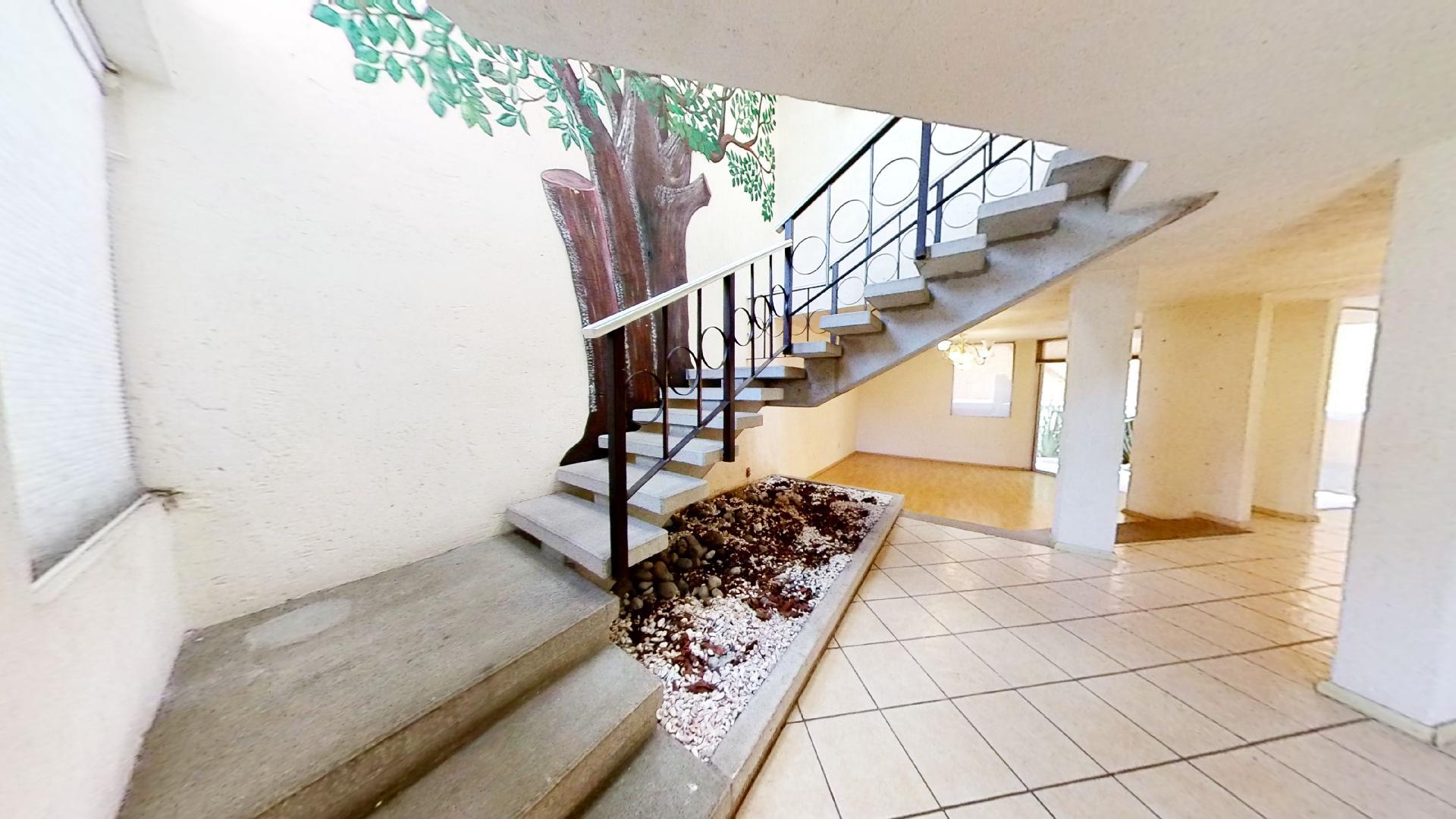 Casa en venta de 3 recámaras en Condominio Los Fresnos, Naucalpan de Juárez, entre Lomas Verdes y Jardines de San Mateo, EDOMEX. Escalera. Entrada