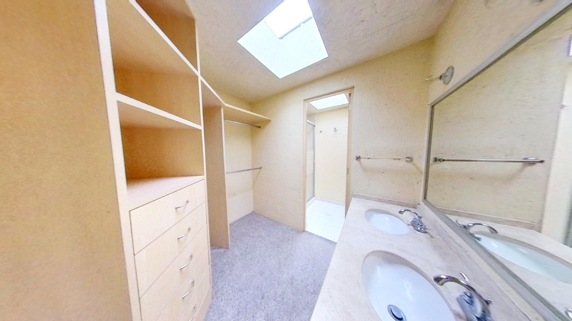 Casa en venta de 3 recámaras en Condominio Los Fresnos, Naucalpan de Juárez, entre Lomas Verdes y Jardines de San Mateo, EDOMEX. Vestidor