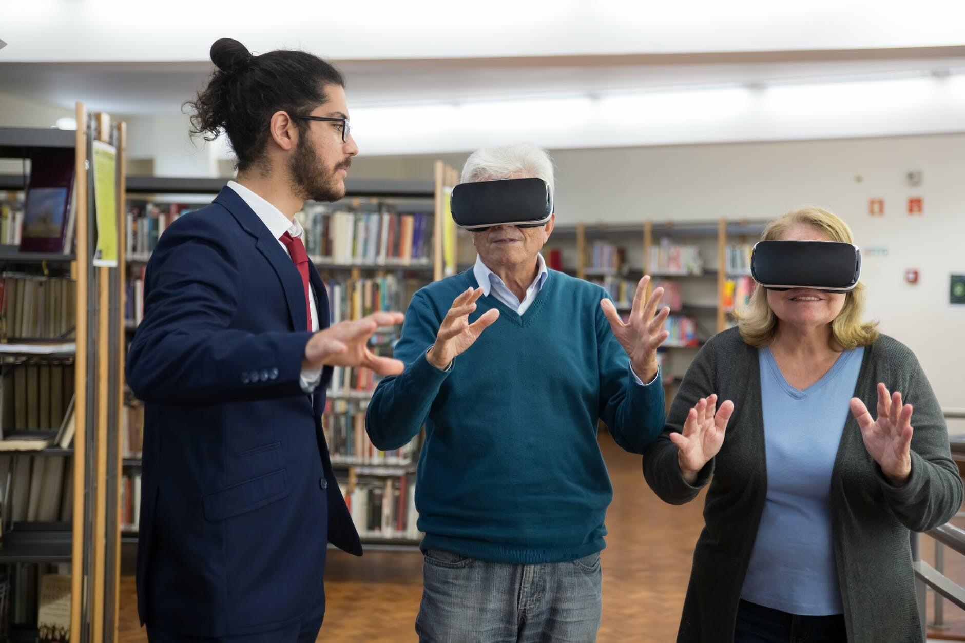 Personas experimentando la realidad virtual en el mundo inmobiliario.